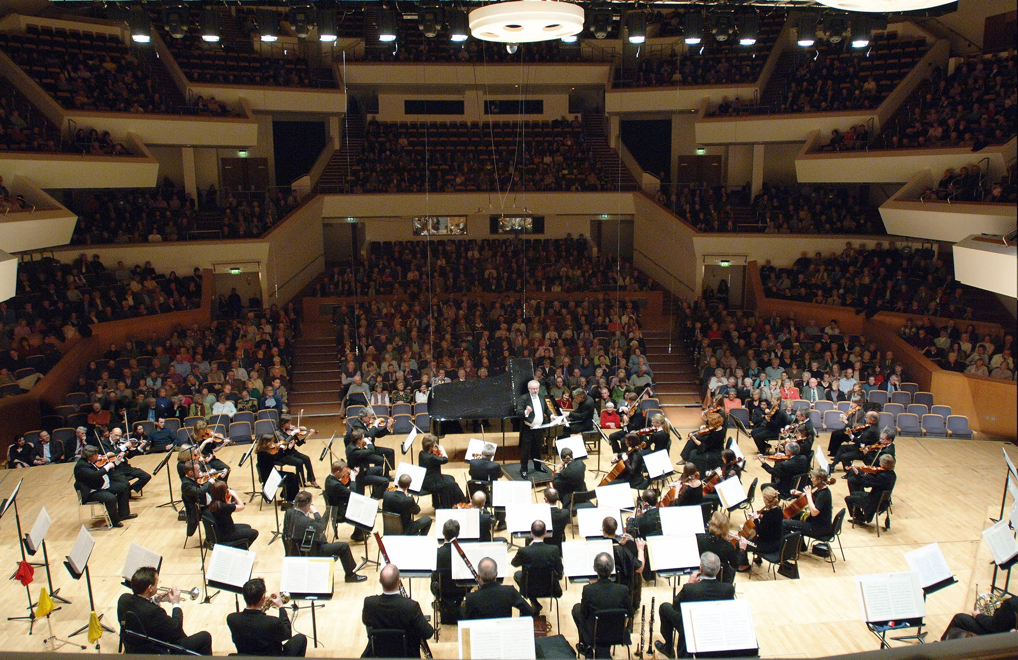 The Ulster Orchestra, under the masterly direction of its Dutch principal guest conductor Jac van Steen, featured the music of American composers with sharply contrasting styles in this packed concert organised as part of the Belfast International Festival.